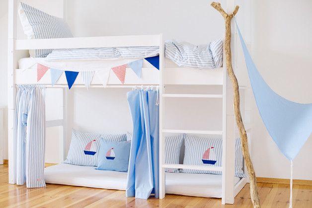 Wunderschön, zeitlos und immer passend für ein schönes Kinderzimmer sind diese Hochbettvorhänge aus weiss/blau gestreiftem und blauem Baumwollstoff.  _✿ Für höchste Ansprüche_ Der Vorhang ist...