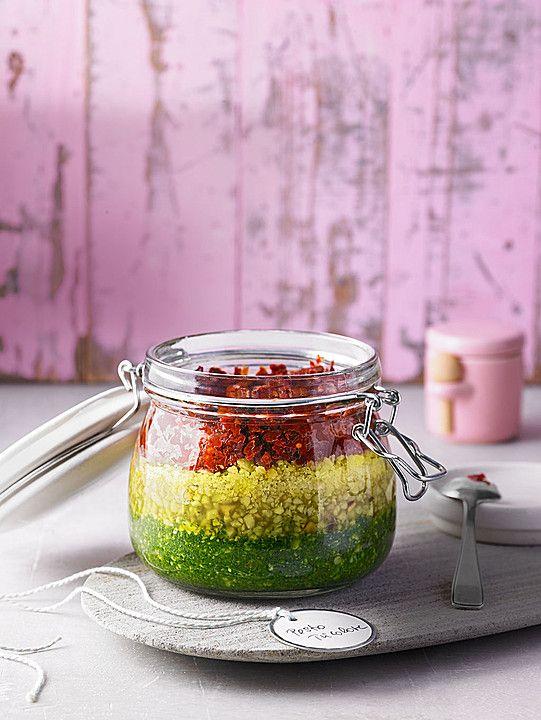 Pesto Tricolore ein tolles Geschenk aus der Küche mit Rucola, Käse, Tomaten und Chili