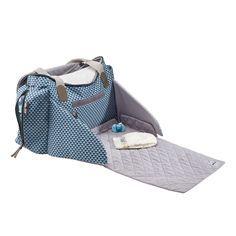 Ce sac nurserie au style moderne et à grande capacité est idéal pour tous les déplacements. Astucieux grâce à ses accessoires, il est livré avec un matelas à langer amovible, une trousse de rangement et protection pour sucettes. Equipé d'un système d'attache poussette intégré et d'anses élastiques, il s'adapte à la majorité des poussettes avec poignées ou guidon. Son espace à langer cocoon à l'avant du sac permet d'avoir un grand espace confortable pour changer bébé. Les multiples…