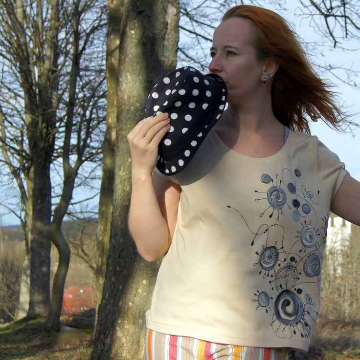 """""""ivcatko"""" triko z MAKO bavlny L-XL SLEVA - dámské triko skrátkým rukávemprvotřídní kvality, zjemné egyptské MAKObavlny - lodičkový výstřih a romantické motýlkové rukávky - 100%MAKO bavlna -světlekávová, béžová, latté - výstřihU,krátký rukáv, zesílené lemy -malované ručně, kvalitními barvami na textil - originální motiv Jediný dostupný ..."""