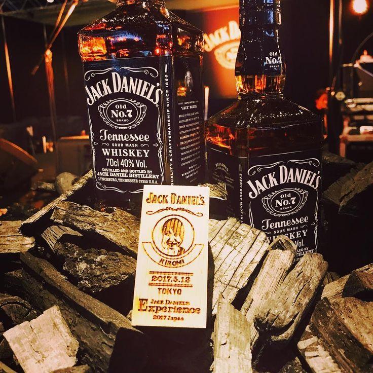 ジャックダニエルイベント会場で抽選で作れる、ウイスキー樽片に焼いた私の写真、BBAが隠せないwww 皆さんも是非どうぞ! 15時にBARオープン、ライブスタート15時半になります #ジャックダニエル…