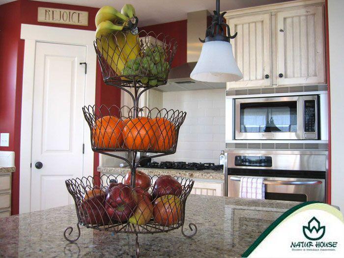 Owoce warto przechowywać w misce lub koszyku w widocznym dla nas miejscu, np. na balacie w kuchni lub na stole. Istnieje wtedy większe prawdopodobieństwo, że będziemy po nie częściej sięgać!