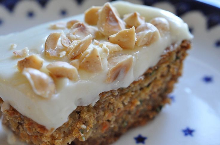En rigtig lækker krydret squash/gulerodskage med syrlig/ sød osteglasur. Kagen er nem at lave og kan laves med enten gulerod eller squash. Pyntes med hasselnødder