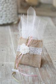 Μένη Ρογκότη - Μπομπονιέρα βάπτισης πουγκί λινάτσας με πλεκτό λουλουδάκι