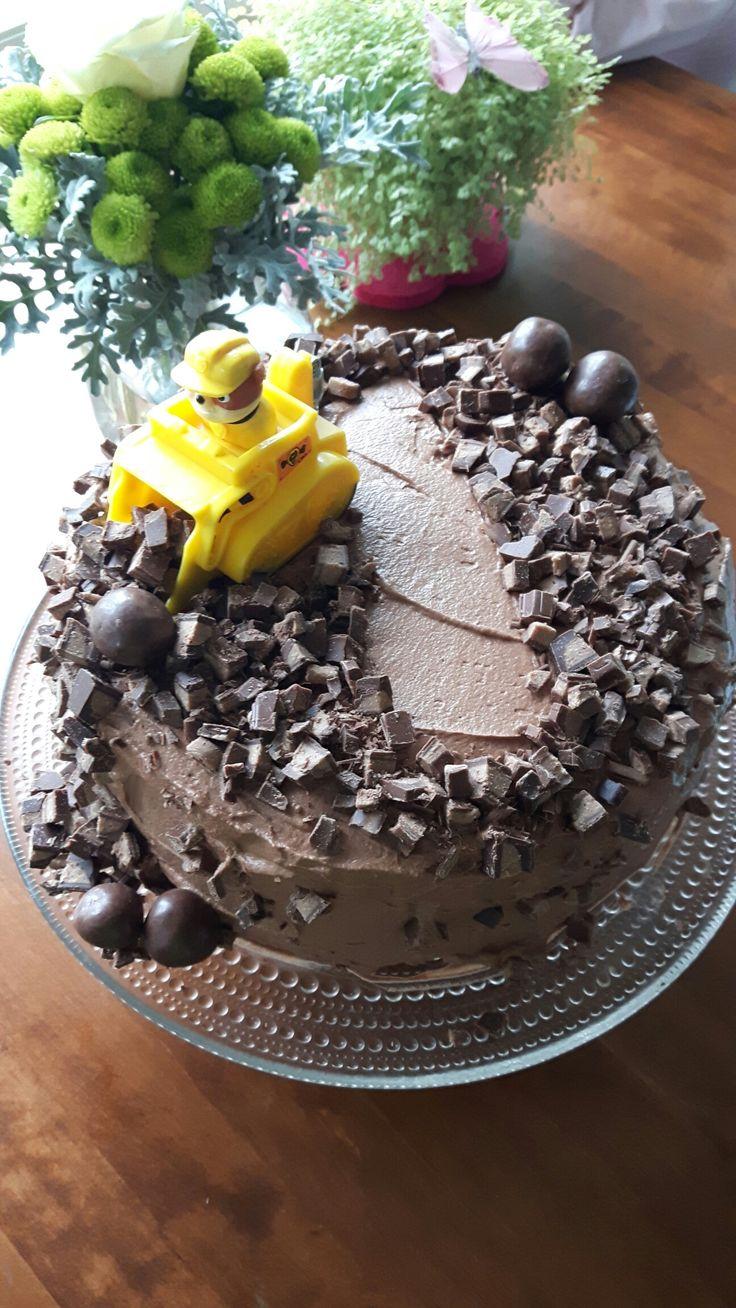 Suklaatäytekakku. Suklaapossun mielettömän mehevä suklaapohja, välissä vadelmamousse ja geishamousse.