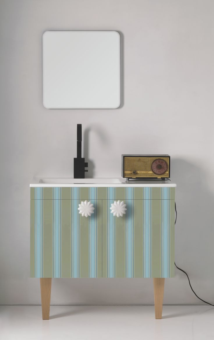 Striped design and legs in wood H25.