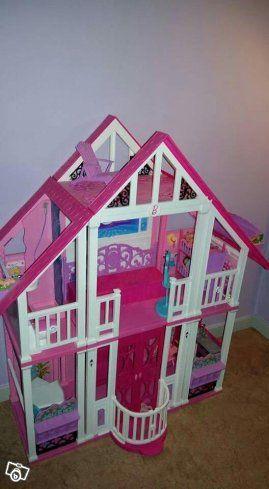 Säljer iväg ett stort barbiehus med tillhörande möbler. Barbiedockor med alla saker följer också med. Allt är i väldigt fint skick.   Bvsa