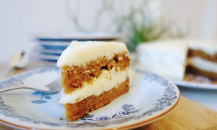 Ett enkelt recept på saftig morotskaka med valnötter och cream cheese-frosting.