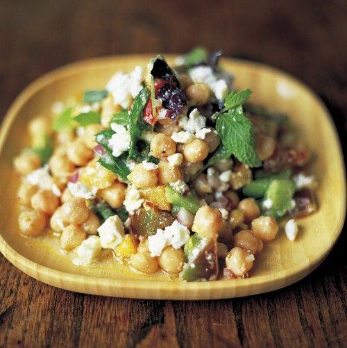 Kikkererwten zitten bomvol eiwitten, ijzer en vitamine B en zijn daarom de perfecte keuze als vleesvervanger. In onderstaande variant combineer je kikkererwten met ui, chilipeper, tomaat, feta en kruiden tot een smaakvolle salade.    1. Meng de ui,...