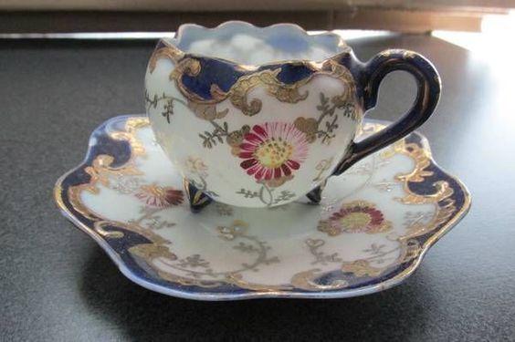 Šálek na čaj * bílý porcelán zdobený zvlněným okrajem s modro zlatou dekorací a modrým ouškem, s malovanými květy.