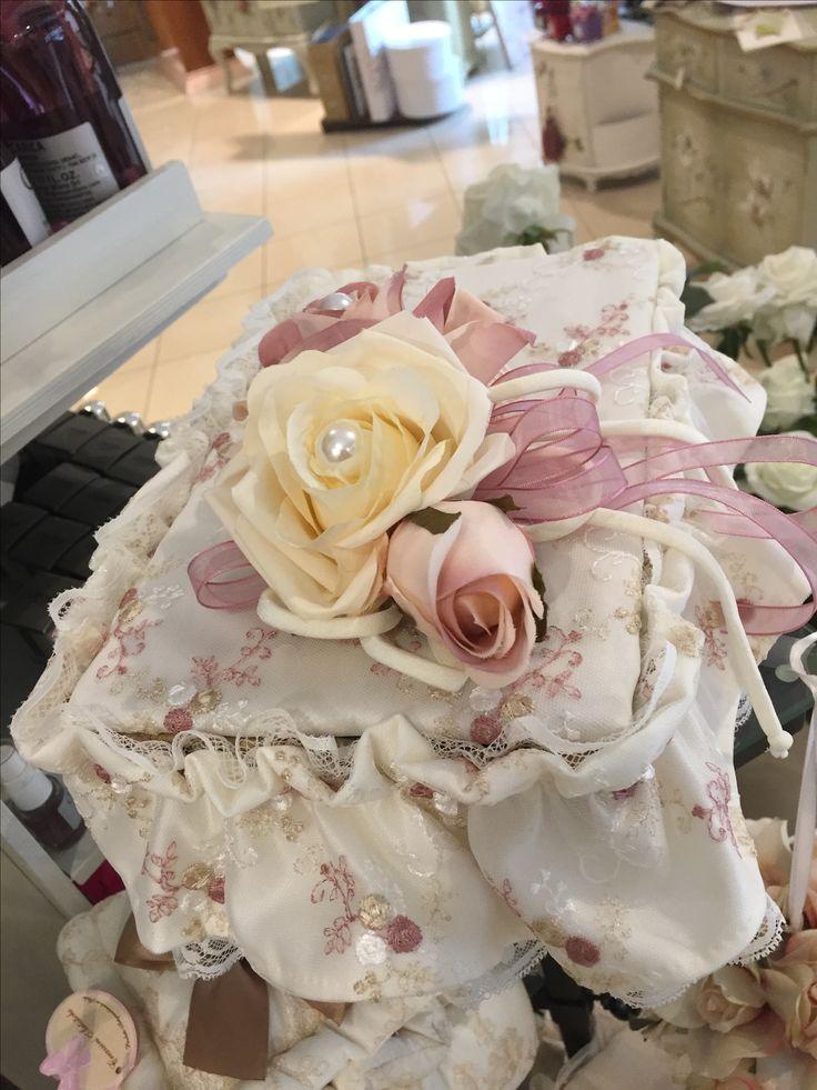 Cesto in vimini con pizzi merletti e fiori utile e pratico per. O tenere oggetti in bagno o in camera da letto  Www.elisa-regali.it