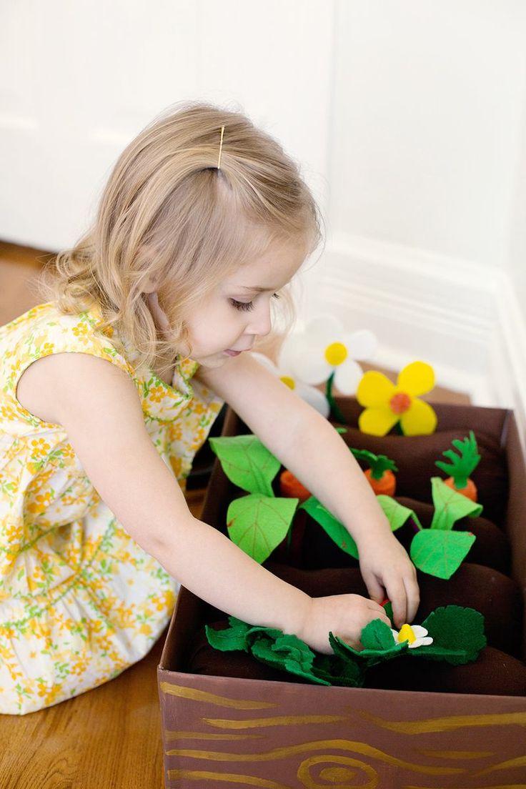 Een zelfgemaakte speel moestuin. Van karton, stof en verf. Super leuk om zo spelenderwijs de kinderen te leren hoe het groeien van een zaadje tot een bloem of vrucht werkt.