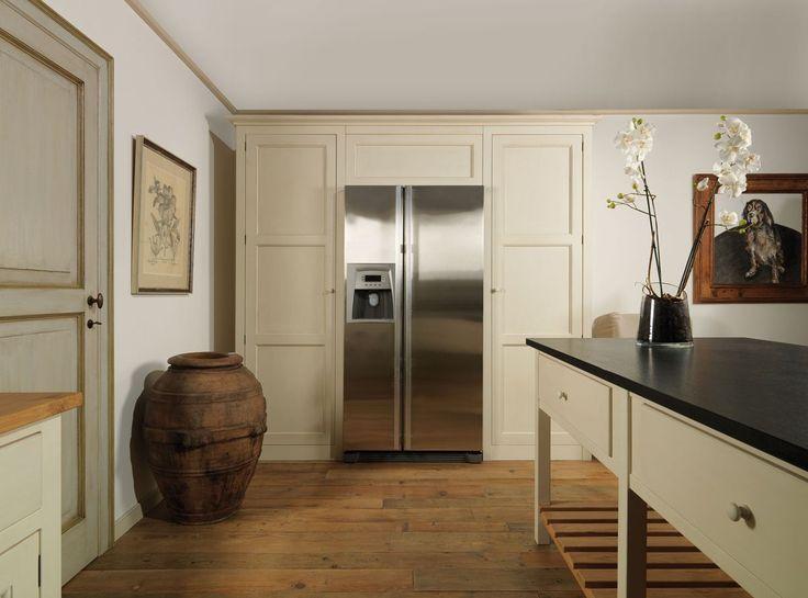 I colori e le patine della Cucina Shaker, sempre pastosi e vissuti, sembrano proiettare verso l'ambiente domestico inglese e americano degli anni '30.  È una cucina sempre funzionale e sempre bella, alla quale col tempo ci si affeziona per lo straordinario connubio tra estetica e praticità.