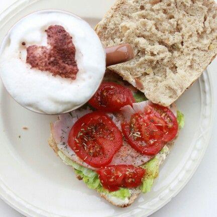 Lunch: ontbijt: koffie, ciabatta, sla, tomaat, ham, kruiden.
