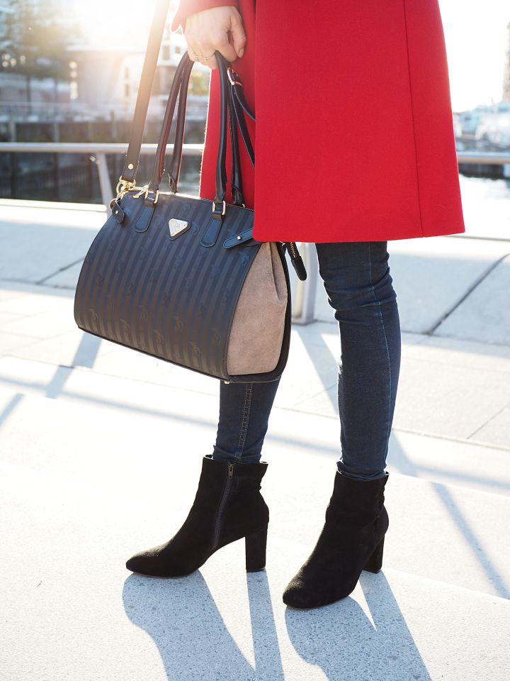 Details // roter Mantel // Velours Stiefelette // Maison Mollerus Handtasche