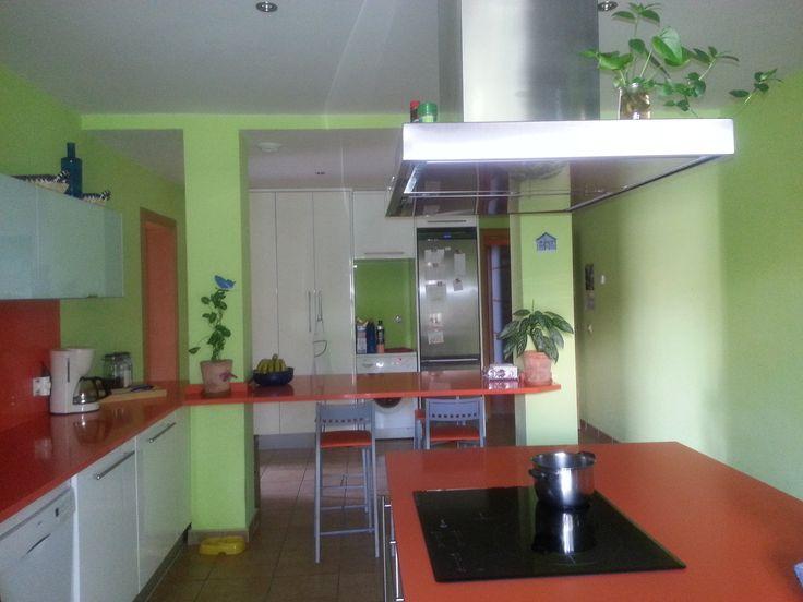 Ideas de #Casas de #Cocina, estilo #Contemporaneo diseñado por Inmogestiona Arquitecto Técnico con #Accesorios #Encimeras #Islas de cocina #Mobiliario de cocina #Iluminacion  #CajonDeIdeas http://planreforma.com/es/cajon_de_ideas/cocina_estilo_contemporaneo_ocre_verde_blanco_/3098/