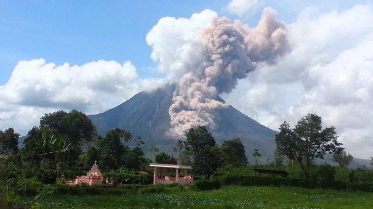"""Hati-Hati, Gunung Sinabung Erupsi Lagi! http://indonesiatoday.id/wp-content/uploads/2017/03/image-1-14.jpg  MALANGTODAY.NET – Masyakat Kabupaten Karo, Provinsi Sumatera Utara perlu berhati-hati lagi karena, Gunung Sinabung terus aktif dan mengalami erupsi dalam beberapa hari terakhir. Staf Pos Pemantauan Gunung Sinabung Pusat Vilkanologi dan Mitigasi Bencana Geologi (PVMBG), Ardi, menyampaikan bahwasanya, """"hingga pagi ini saja, sudah dua kali erupsi."""" Erupsi p"""