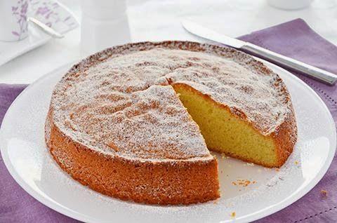 La torta quattro quarti è un dolce soffice da colazione o da merenda. La ricetta della torta quattro quarti prevede quattro ingredienti principali in quantità uguale, farina, zucchero, uova e burro.