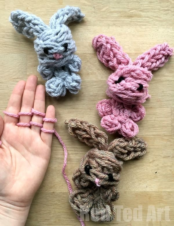 Easy Finger Knitting Bunny DIY - Oh-My-CUTENESS!!! How DARLING are these Finger knitted bunnies???? They are just the cutest! If your kids are into finger knitting and you are looking for new finger knitting projects, check out these cute DIY Bunny Rabbit