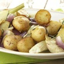 Geroosterde aardappeltjes. Verwarm de oven voor op 180°C.Was de aardappelen en halveer ze.Hak de venkel in 4 stukken, halveer de artisjokharten en hak de uien in grove stukken. Leg de aardappelen in een ovenschotel en besprenkel ze met de olijfolie.Rooster ze 25 minuten in de oven.Draai ze om en voeg de venkel, de artisjokken, de uien en …