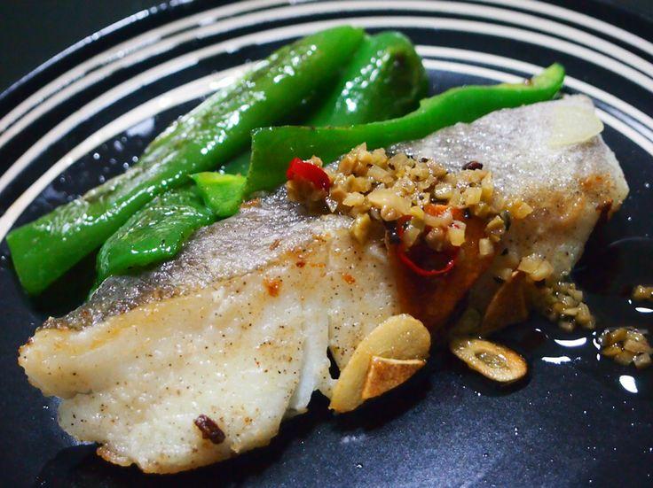 【Cooking】  白身魚のムニエル・ガーリック。この間、物産展で買った小豆島のオリーブソースもちょっとかけてみた。味は塩コショウだけだけど、淡白な白身魚とマッチして美味しかったです。