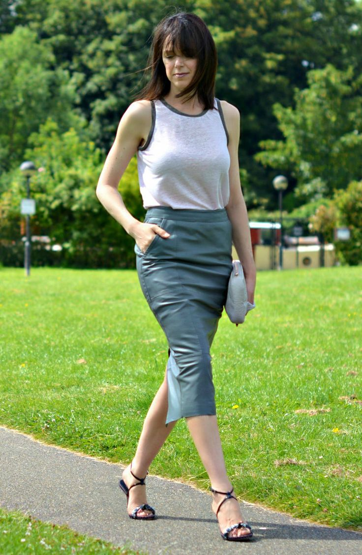Talking about conscious shopping & slow fashion on RCM - How carefully curating your wardrobe & sustainable fashion go hand in hand | Grey leather midi skirt | Alexander Wand clutch | Pink vest & Vintage Prada sandals - Fashion over 40.