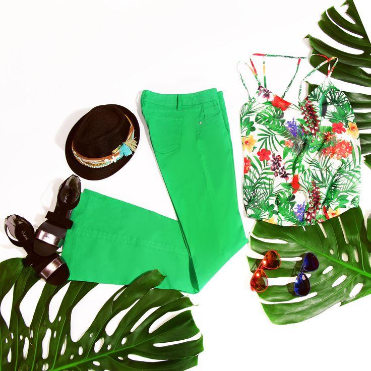 So green... Esta temporada las celebrities se visten de verde con diseños que mezclan los patrones de los pantalones bota campana. #Coachella *Jeans Follies nueva temporada