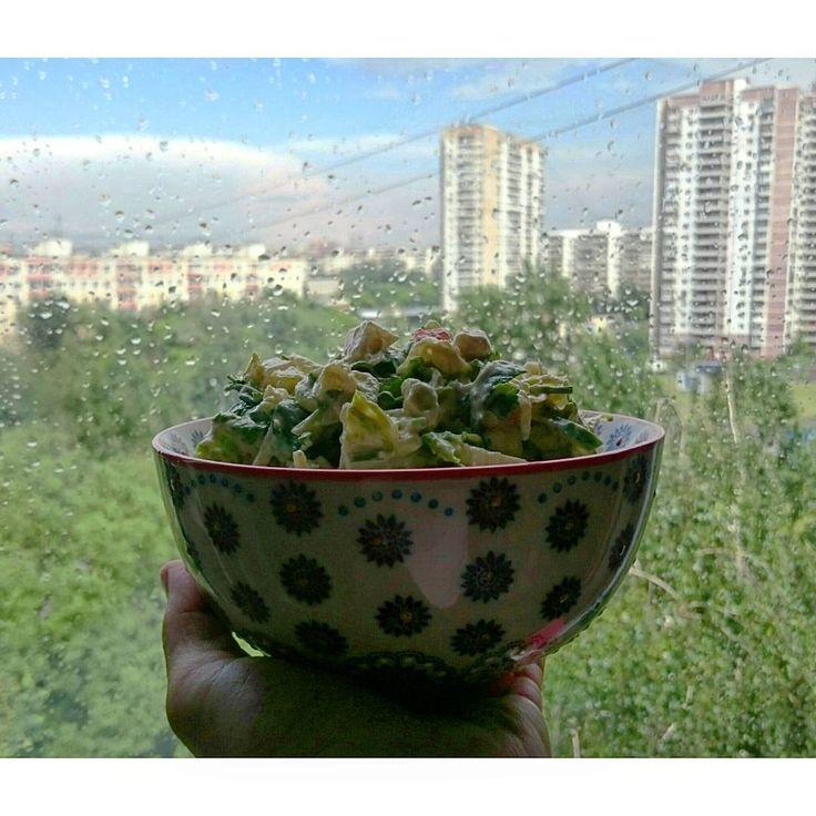 За окном дождик, а на ладони дивный 😍 салат: авокадо, салат романо,  груша, огурцы, кинза, сельдерей. С заправкой: кешью, вяленые помидоры,  чеснок,  тибетская соль, вода.  #сыроедение #веганство #вегетарианство #vegan #vegetarian #veg #rawlara