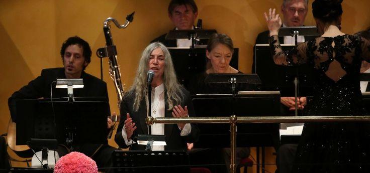 Nobel a Bob Dylan, standing ovation e Patti Smith, commossa, canta un suo brano