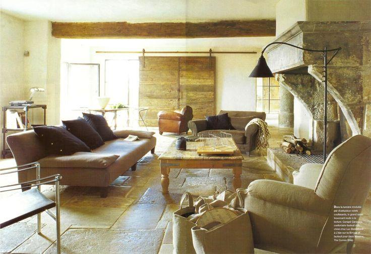 un grand canap pacha de caravane prend ses aises devant la chemin e fauteuil club chin et. Black Bedroom Furniture Sets. Home Design Ideas
