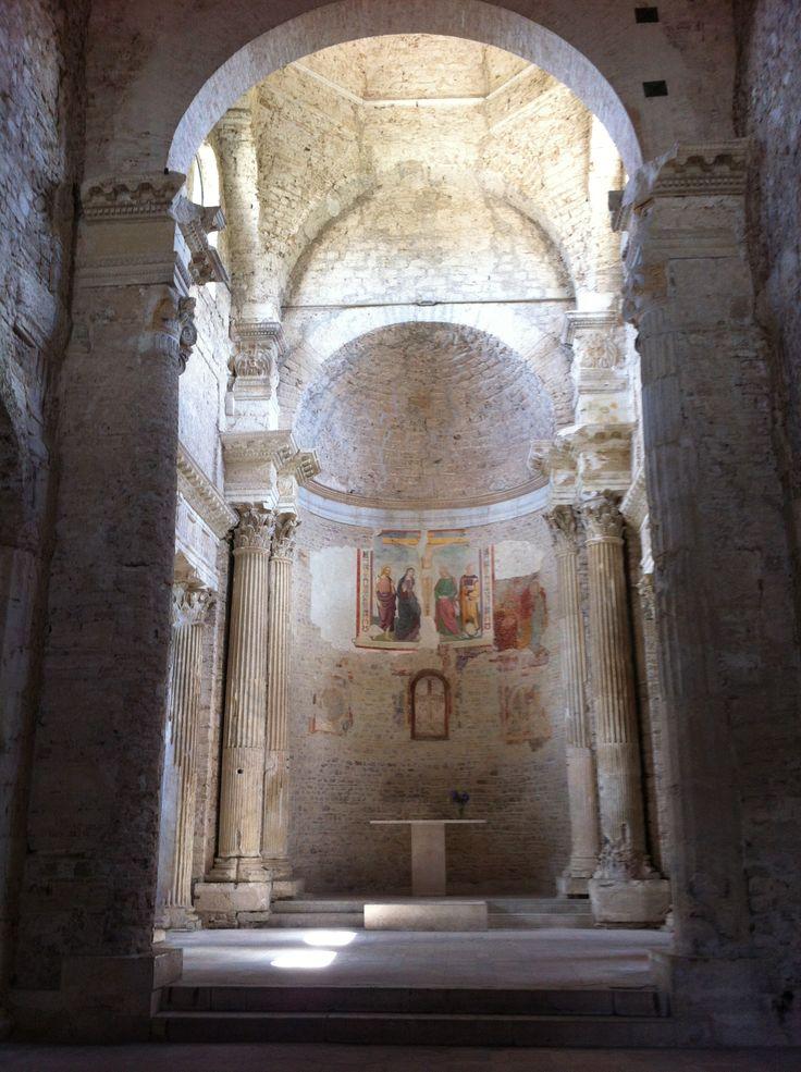 La chiesa di San Salvatore di Spoleto, grandiosa testimonianze architettonia longobarda, è patrimonio dell'umanità dell'UNESCO dal giugno 2011. All'interno si trovano meravigliose colonne doriche nella navata e corinzie nel presbiterio. Le cornici delle finestre e i tre portali sono scolpiti con motivi classici. Sito di rara bellezza, eccezionale.