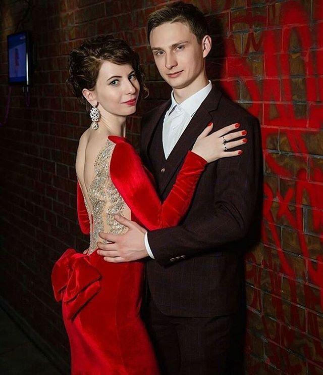 Яркое огненное платье из бархата для Александры  на юбилей мужа. В одном платье сплотились все тенденции уходящего года: бархат, блеск и красный цвет. #вечернееплатье #бархатноеплатье #бархат #пошиводежды #пошивастана #пошиввечернихплатьев #eveningdress #velvetdress #reddress #ladyinred