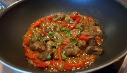 Heerlijke sappige malse biefstukpuntjes even gemarineerd en dan snel gewokt. Daarna nog even terug in de lekkere pittige - Oosters gekruide - saus met o.a....