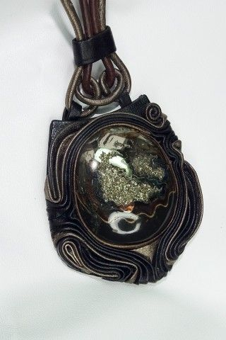 Камень Жеода Симбирцитовая. Кулон по крайним точкам 6х6 Основной цвет кожи т.коричневая , вставочки бронза и античное золото.