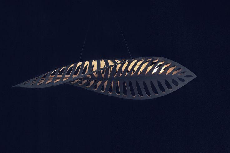 Navicula - de designer Néo Zélandais David Trubridge   Navicula est inspirée de la nature - des nombreuses diatomées microscopiques qui flottent dans les océans. Elle existe en deux dimensions : 1,5 et 2,6 m de long.  Les diatomées sont à la base de la chaîne alimentaire des océans. Elles enlèvent plus de carbone de l'atmosphère que tout autre élément - plus que toutes les forêts tropicales du monde.
