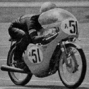写真は誰有ろうオートルックツクバガレージの堀雄登吉さんです。 1966年 富士クラブマンレース ジュニア50ccクラスで優勝のショットです。