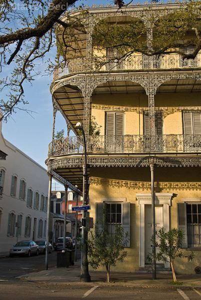 Louisiane : balcon avec belle ferronnerie dans le quartier Français de la Nouvelle-Orléans