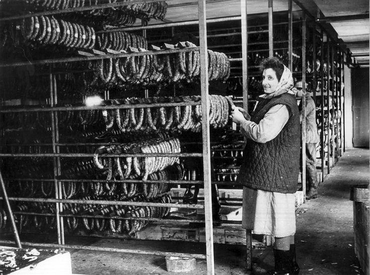 A Pápai Húsipari Vállalat füstölő részlege. 1959.