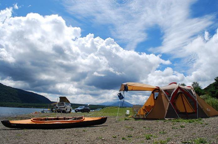 """湖畔キャンプ場おすすめ17選!開放的な景色と、カヌーやカヤックなどのウォーターアクティビティも存分に楽しめるのが魅力な<a href=""""http://camphack.nap-camp.com/"""" target=""""_blank"""">キャンプ</a>場。お気に入りの一ヶ所を見つけて、移り行く四季の変化を楽しみませんか?関東近郊の湖畔キャンプ場スポットをご紹介!"""