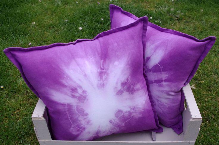 """Petit coussin """"Tie and dye"""" violets : Textiles et tapis par abracadabroc"""