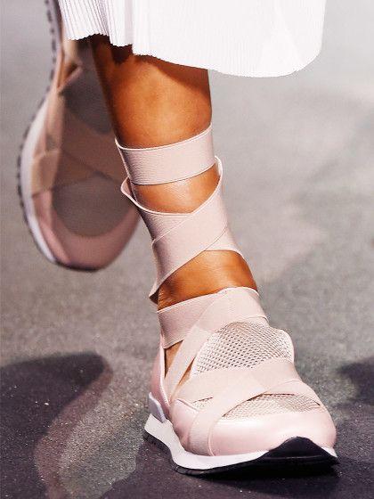 Lace-up SneakersNach den Lace-up Ballerinas kommen 2016 die Sneakers mit der coolen Schnürung. Das Label Vionnet zeigte zur Fashion Week in Paris roséfarbene Runners mit hochgeschnürten Stretch-Bändern. Ein Trend der besonders gut zu Cropped-Jeans und Midiröcken passt.