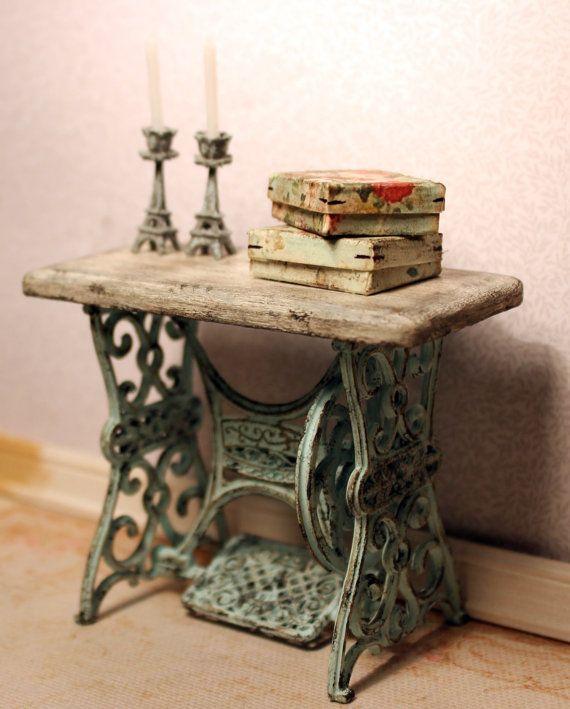 Artículos similares a Mesa de la máquina de coser, miniatura de casa de muñecas, escala 1:12 en Etsy