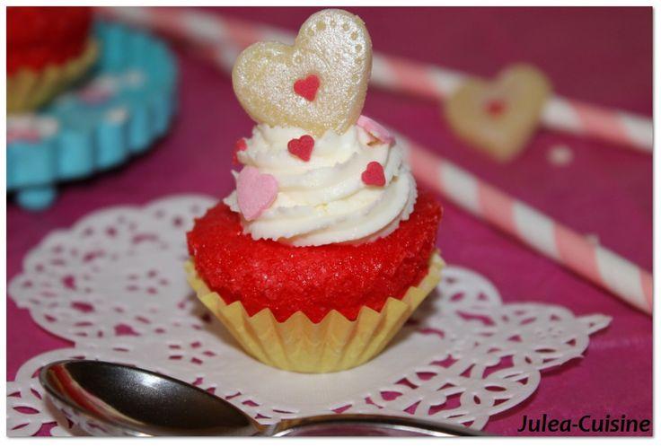 Cupcakes à la vanille et glaçage mascarpone au coquelicot  http://juleacuisine.blogspot.fr/2014/02/cupcakes-tous-rouges-vanille-et-glacage.html
