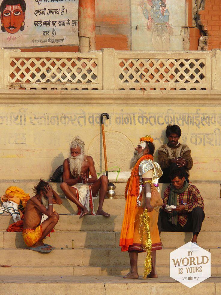 Dwalen langs de tientallen #ghats, de trappen naar de rivier, en zien hoe de stad leeft en doodgaat. Dit is heel veel #India op één plek. Het kastesysteem ontvouwt zich voor je ogen: van de priesters die 's avonds tijdens de ganga aarti ceremonie met witgekalkte gezichten met vuur zwaaien tot een man van negentig die bij een van de ghats met zijn gerimpelde, blote handen en gekromde rug grote plakkaten koeienstront verplaatst. Hier is heel veel heilig. #Varanasi
