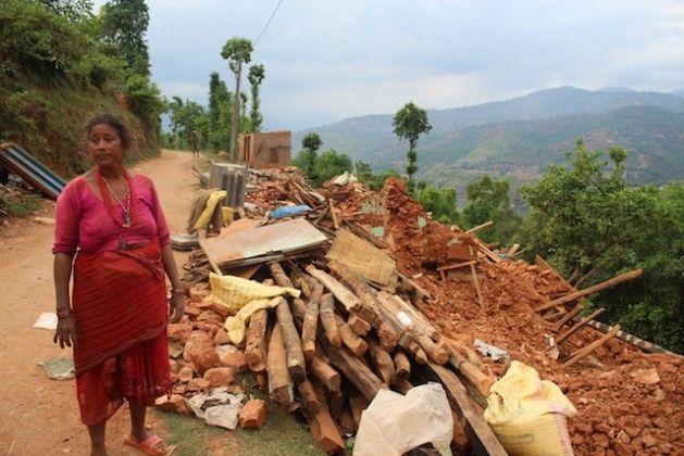 Más de un millón de familias que resultaron damnificadas por el terremoto de magnitud 7,8 que sacudió a Nepal el 25 de abril comienzan a intentar seguir adelante con sus vidas, pero las devastadoras secuelas que sufrió este país del sur de Asia complican sus esfuerzos de recuperación. La entrega de la ayuda humanitaria y los suministros básicos de emergencia sigue siendo muy lenta, lo que provocó algunos incidentes de saqueos de personas desesperadas por