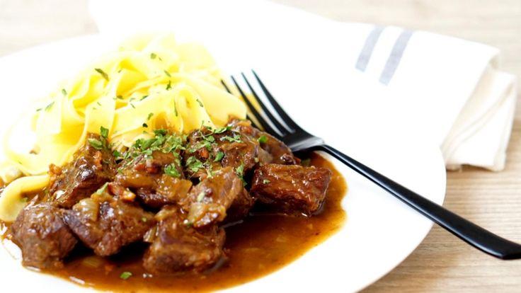 牛肉のビール煮、オリジナルはベルギー料理のカルボナードフラマンド、フラマンド地方の伝統料理だ。 伝統的なレシピに従えば煮込みの仕上げに薄切りのパンデピスに(パンデピスとは香辛料の沢山入った甘いパンの事。)マスタードを塗って鍋に入れ15分程煮るのだそうだ。 パンを鍋に入れて煮る...なんとも不思議なレシピだ。