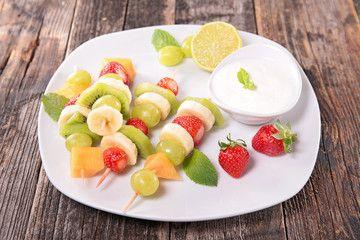 Avete mai provato gli spiedini di frutta con lo yogurt greco? Un dessert buono e salutare!