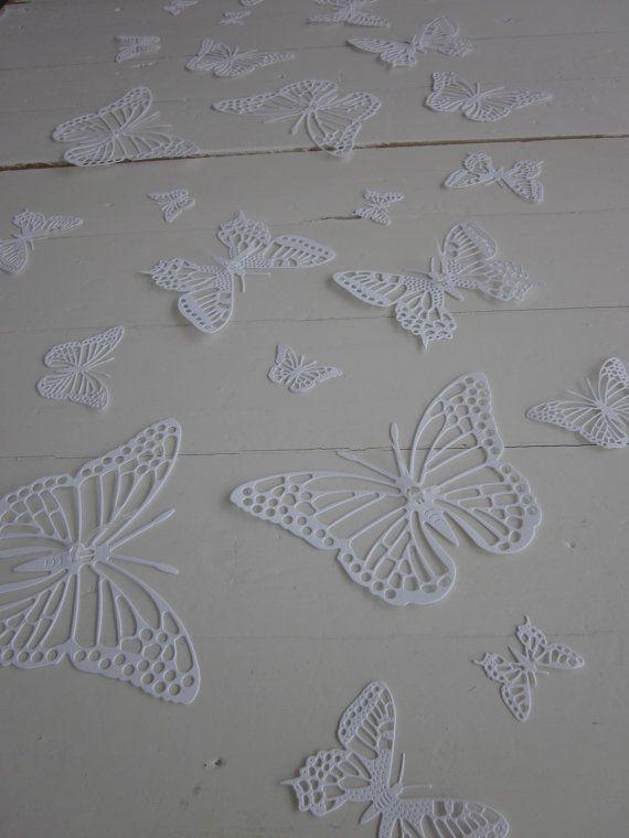 White butterflies --- Witte gedetailleerde 3D muurvlinders met kleine facet glazen kralen --- Als muurdecoratie, bruiloftsdecorate of maak een vlinderhart