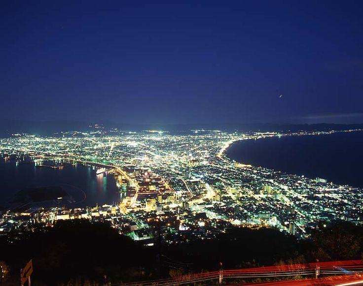 函館山展望台 世界三大夜景の一つ 夕暮れと降雪期の景色がおススメ。  http://www.hakobura.jp/db/db-view/2010/10/post-2.html