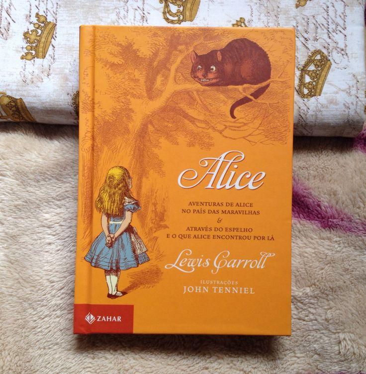 Alice no país das Maravilhas e Através do espelho obras-primas de Lewis Carroll ,conta a história de Alice que em uma tarde ensolarada avista um coelho de relógio e colete, muito curiosa ela corre atrás dele e acaba caindo em uma toca de coelho e entrando no País das Maravilhas habitado por criaturas incríveis e peculiares .
